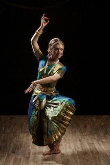 Danseur classique indien bharatanatyam danseur