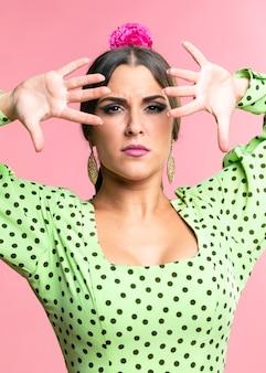 Danseur femme regardant la caméra avec les bras levés