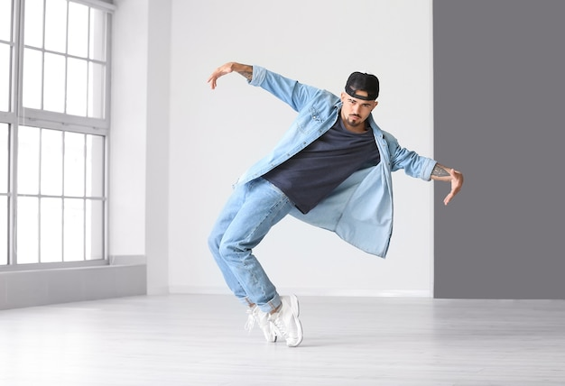 Danseur hip-hop masculin en studio