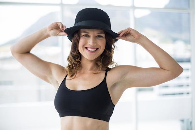Danseur pratiquant la danse contemporaine avec chapeau melon