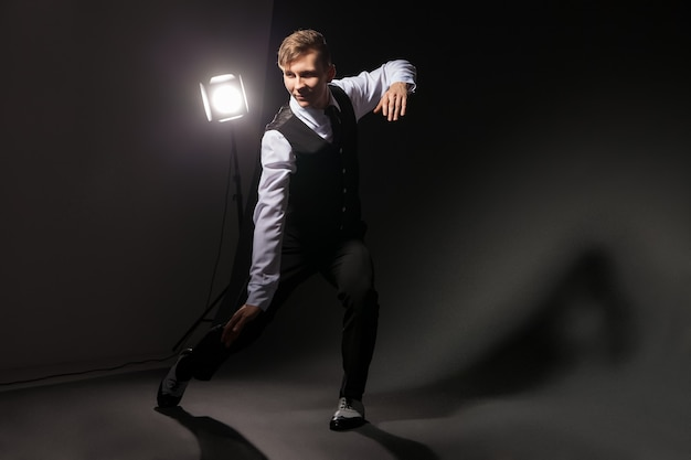 Danseur de style moderne dansant sur fond sombre