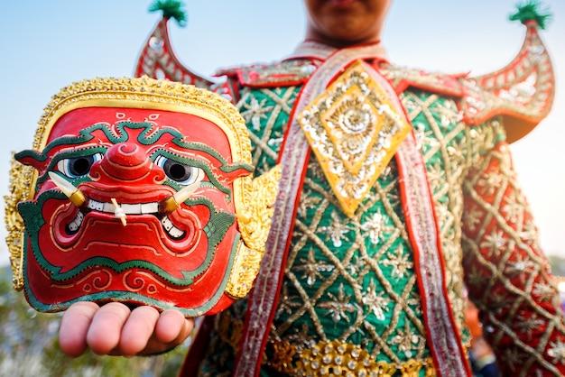 Danseur De Thaïlande Tenant L'ancien Masque Traditionnel Du Ramayana Photo Premium
