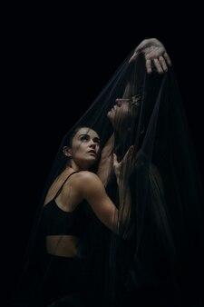 Danseurs de ballet classique gracieux isolés sur fond de studio noir