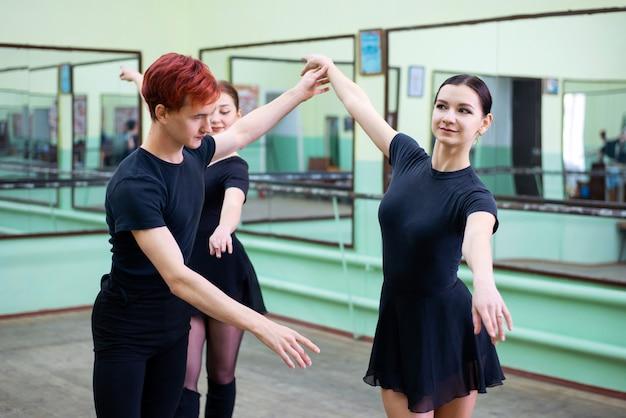 Les danseurs de ballet font des exercices avec leur professeur