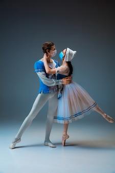 Danseurs de ballet jeunes et gracieux en tant que personnages de conte de fées de cendrillon