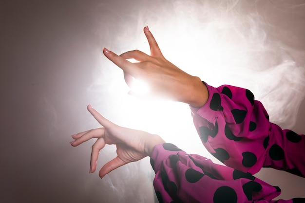 Danseurs mains effectuant floreo