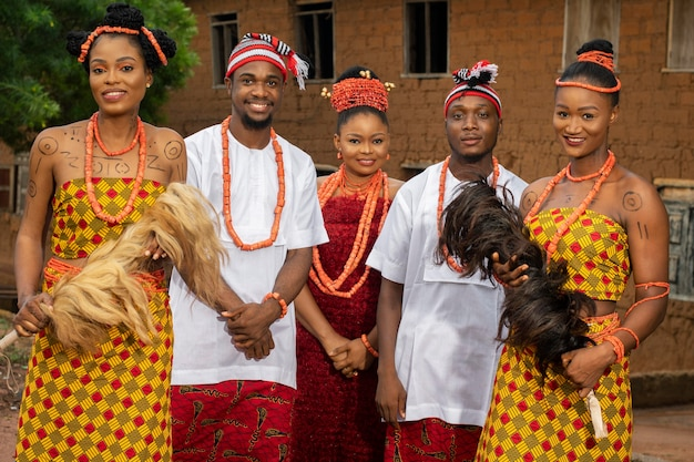Danseurs nigérians de plan moyen avec des bijoux
