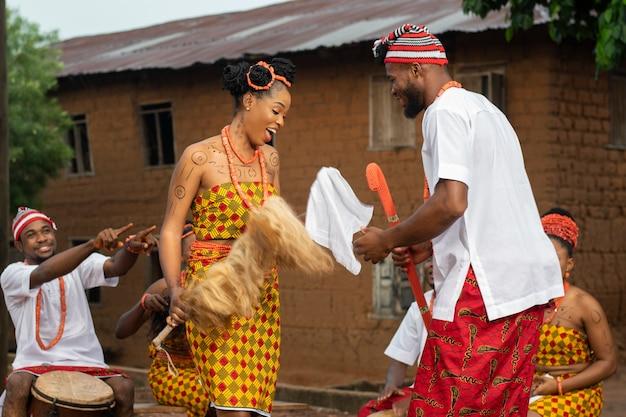 Danseurs nigérians de plan moyen avec fourrure