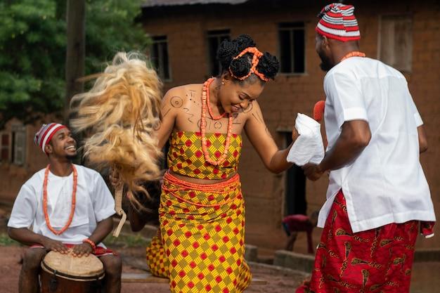 Danseurs nigérians de plan moyen