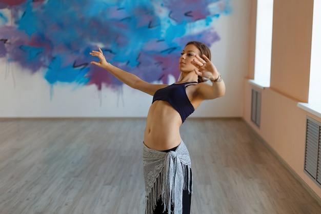 Danseuse de belle fille danse en mouvement, fusion tribale