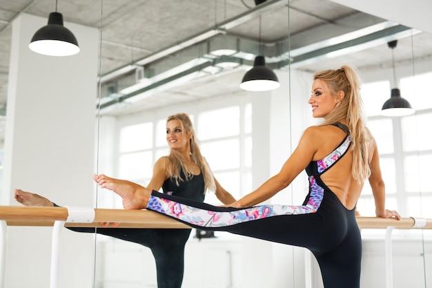 Danseuse faisant des étirements dans la salle de sport