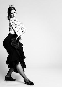 Danseuse de flamenco noir et blanc posant
