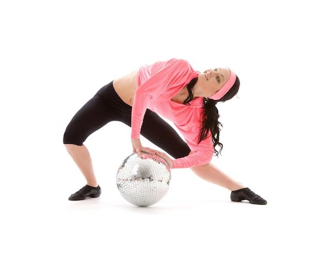 Danseuse avec glitterball sur blanc