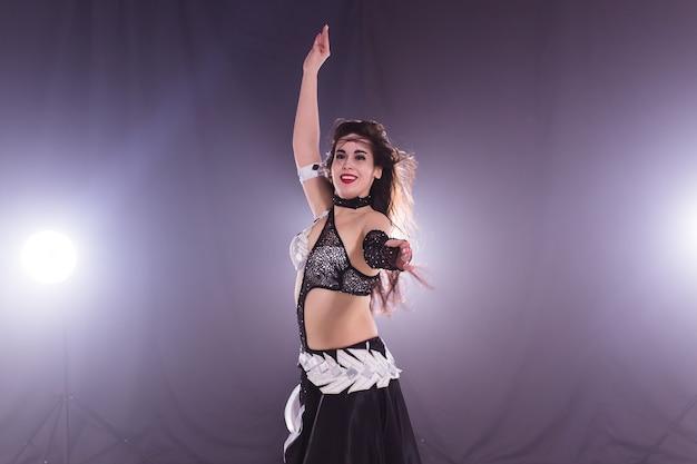 Danseuse orientale. jeune femme séduisante danse fusion tribale sur scène. danse exotique orientale.