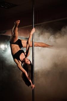 Une danseuse de pôle sexy