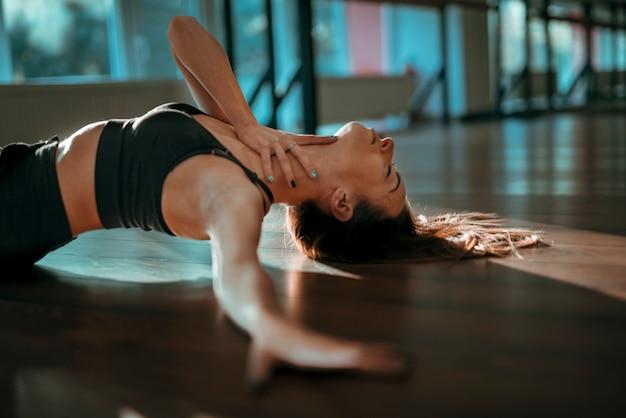 Danseuse professionnelle posant sur le sol