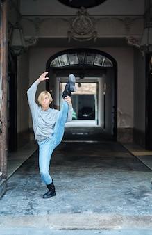 Danseuse professionnelle soulevant sa jambe très haut. danse urbaine.