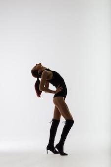Danseuse rousse montrant son beau corps
