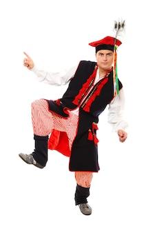 Une danseuse traditionnelle polonaise dansant sur fond blanc