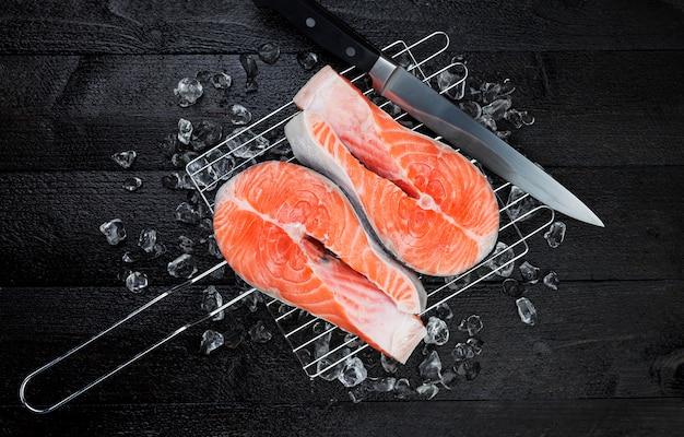 Darne de saumon frais sur fond noir, vue de dessus