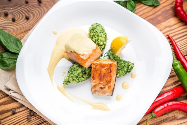 Darne de saumon avec purée de pommes de terre et légumes verts
