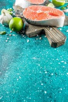 Darnes de poisson de saumon crues aux épices