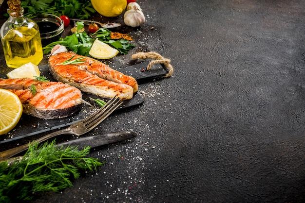 Darnes de saumon grillées avec ingrédients
