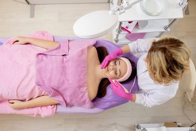 Darsonvalisation du visage à l'aide de l'électrothérapie