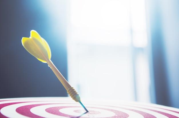 Dart pin cible sur le concept de marketing de jeu de fléchettes de 10 points au centre.