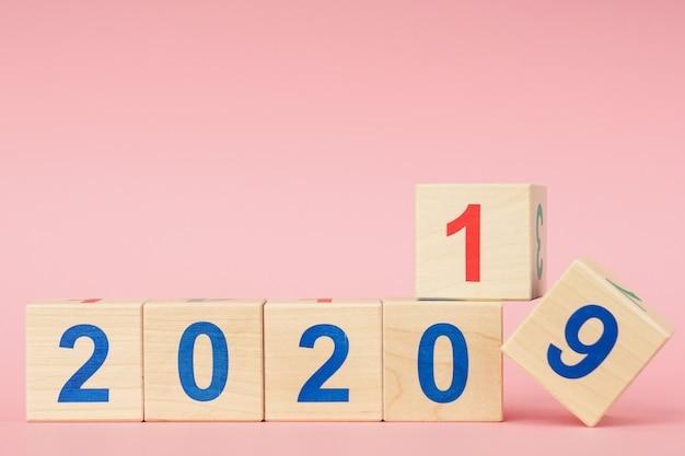 Date de 2019 à 2020 sur calendrier de cube en bois. concept du nouvel an