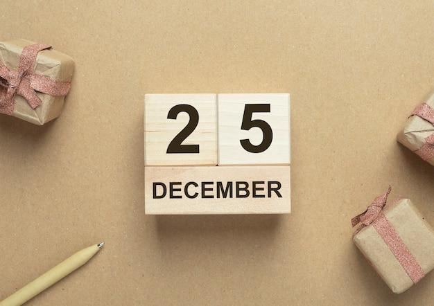 Date du 25 décembre sur le calendrier woden sur fond écologique artisanal. concept de noël écologique.