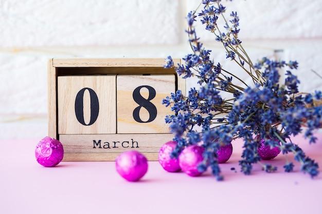 Date du 8 mars, journée internationale de la femme avec espace copie. calendrier décoratif en bois