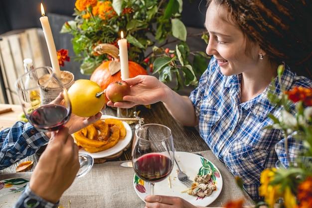 Date du week-end de vacances avec vin rouge et pâtes