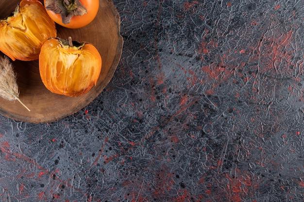 Date des fruits sur une planche sur la surface mixte