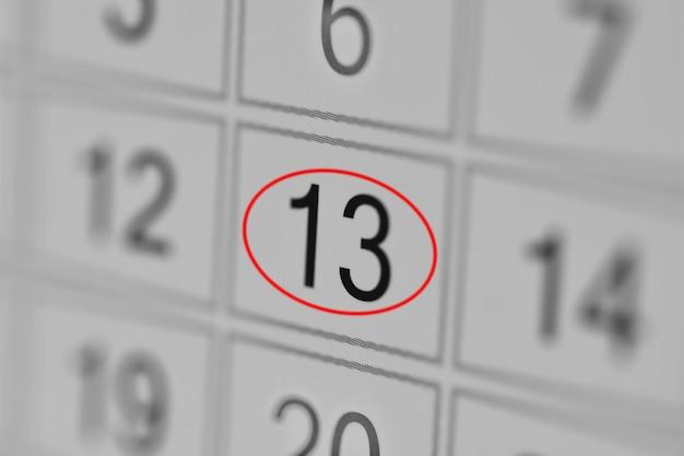 Date limite de l'agenda du calendrier jour de la semaine sur papier blanc 13