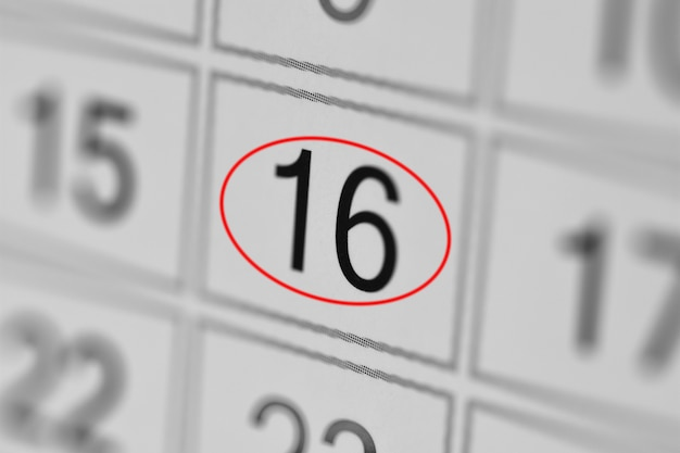 Date limite de l'agenda du calendrier jour de la semaine sur papier blanc 16