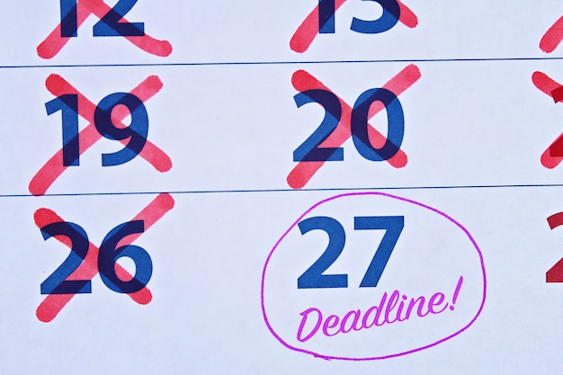 Date limite mot écrit sur le calendrier.