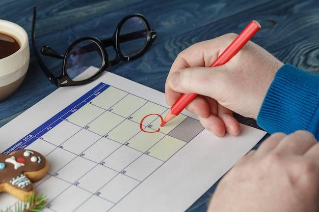 La date de noël est mise en évidence dans le calendrier comme un événement important