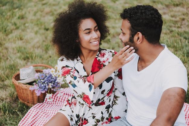 Date romantique avec femme afro en forêt