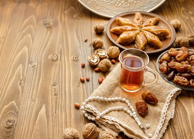 Dates, chapelets et baklava. ramadan. mise au point sélective.