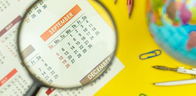 Dates du calendrier de septembre, bannière de concept d'école, photo d'arrière-plan avec fournitures scolaires