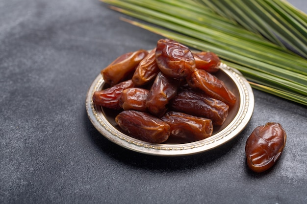 Les dates du ramadan sont une nourriture traditionnelle pour l'iftar dans le monde islamique