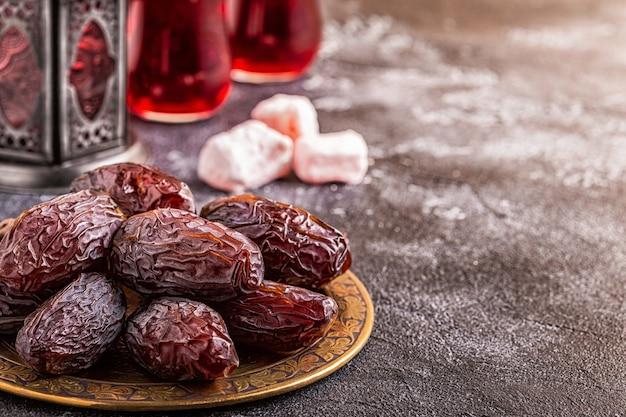Dates fraîches de medjool. kareem ramadan. copiez l'espace.