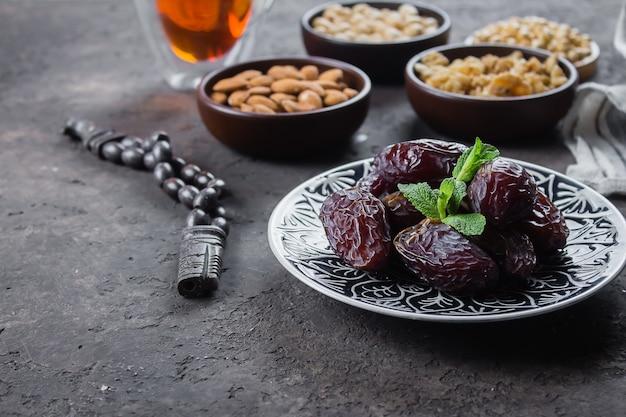Dates fraîches et noix