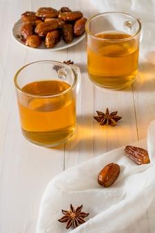 Dates fruits sur assiette avec des tasses à thé