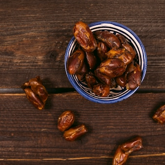 Dates de fruits dans un bol sur la table