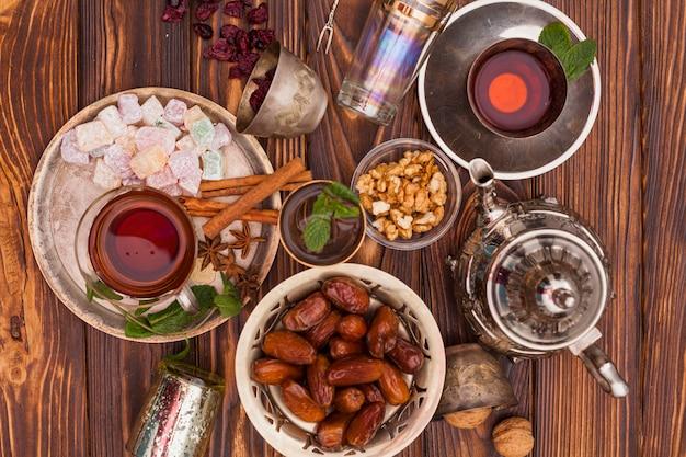 Dates fruits et plaisir turc avec du thé