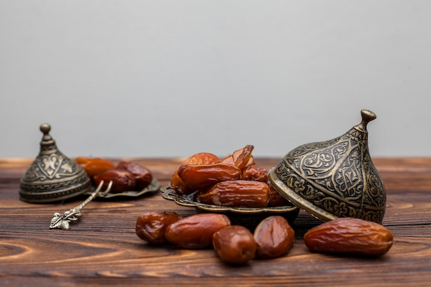 Dates fruits sur plaque sur table