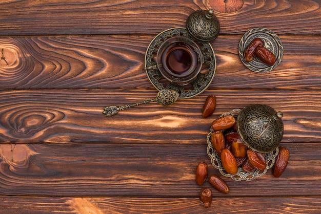 Dates fruits avec tasse de thé sur la table