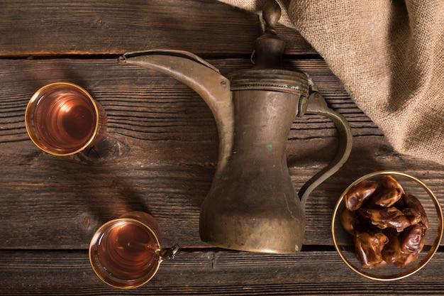 Dates fruits avec verres à thé et pot